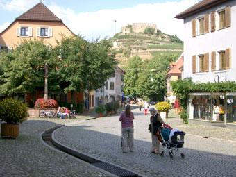Staufen Altstadt mit Fussgängerzone und Blick auf Staufener Burgruine